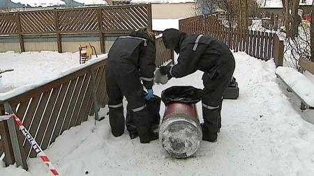 SIKRET SPOR: Etterforskere på stedet gikk gjennom søplekassene for å sikre seg eventuelle spor.  (Foto: Gorm Røseth/TV 2)