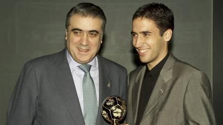 Raúl Gonzalez poserer sammen med daværende Real-president Lorenzo   Sanz etter å ha mottatt prisen som IFFHS' «Årets Toppscorer   i Verden i 1999». (Foto: ALBERTO MARTIN/EPA)