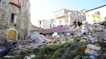 Det er ikke kjent hva som var årsaken til at huset kollapset, men det skal ha vært i dårlig stand. (Foto: FLAVIO LO SCALZO/EPA)