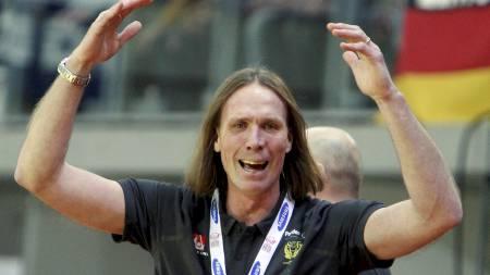 OPPGITT: Sveriges trener Staffan Olsson var alt annet enn fornøyd med dømmingen mot Tyskland. (Foto: OLEG POPOV/REUTERS)