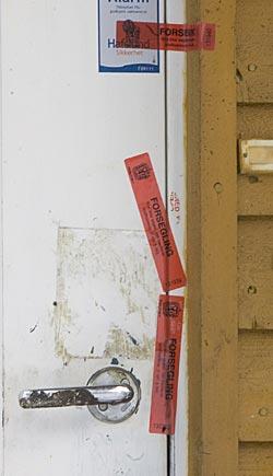 Politiet forseglet inngangsdøren til 72-åringens leilighet etter   dødsfallet. (Foto: Morten Holm)