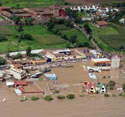 Urubama-elven ved Cuzco flommer over. (Foto: AP)