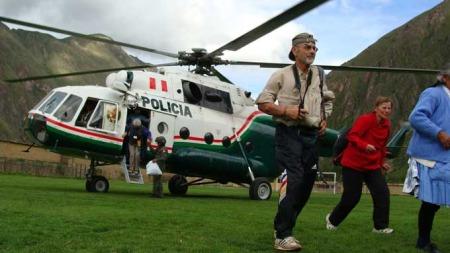 De første turistene ankommer Cuzco med helikopter mandag. Eldre og barn blir evakuert først. (Foto: AP)