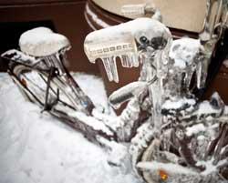 Det er sikkert lurt å ta inn sykkelen før frosten kommer... (Foto: AFP)