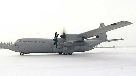 EN MOTOR DØD: Hercules-flyet har slått av en av motorene for å markere at det er en båre med en fallen soldat om bord.  (Foto: TV 2)
