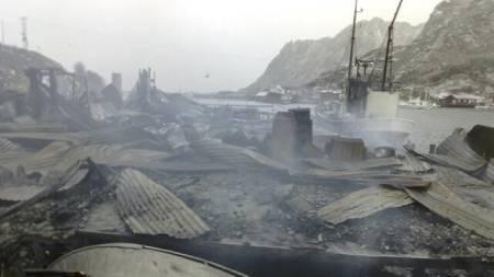 RUINENE: Her restene av det nedbrente fiskemottaket på Balstad i Lofoten. (Foto: Roy-Arne Salater / TV 2)