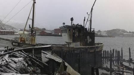 BÅTBRANN: En av båtene som lå til kai ble totalskadd i brannen. (Foto: Roy-Arne Salater)