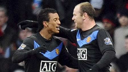 NUMMER 20 FOR SESONGEN: Wayne Rooney takker Nani for pasningen etter å ha satt inn 2-0 for United. (Foto: CARL DE SOUZA/AFP)