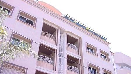 RØMTE: Fra denne bygården i Rabat i Marokko, rømte de to barna den 19. juli 2009. (Foto: TV 2)