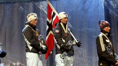 TOPPEN AV PALLEN: Hilde Gjermundshaug  Pedersen og Marit Bjørgen havnet øverst på pallen i lagsprint i ski-VM i Oberstdorf i 2005. (Foto: Bendiksby, Terje/SCANPIX)