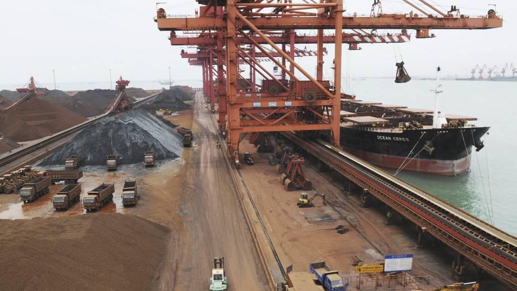 ØKONOMISKE MUSKLER: OECD mener Kina kan lede verden ut av den økonomiske krisen. Bildet er fra en jernåre i Shandong-provinsen. (Foto: AP/SCANPIX/)