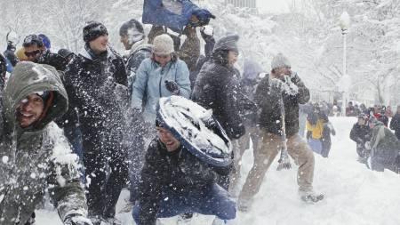 SØK DEKNING: Hundrevis av mennesker møttes lørdag i Dupont Circle   i sentrum av Washington for ha snøballkrig. (Foto: J. Scott Applewhite/AP)