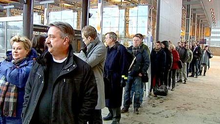LANGE KØER: Folk som skulle videre fra Oslo S måtte stå lenge i kø for å få taxi.  (Foto: Sveinung Kyte/TV 2)