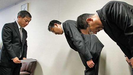 Slik ser det ut når transportministeren i Japan (venstre) mottar Toyotas anmodning om tilbakekallelse av Prius. (Foto: Reuters)
