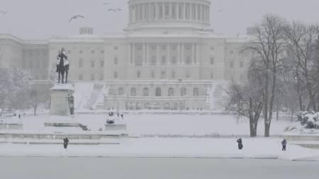 Den amerikanske hovedstaden ble lammet av det massive snøfallet   lørdag, men noen tok seg allikevel en tur utendørs. (Foto: MANDEL NGAN/AFP)