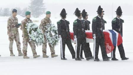 HJEM: Båren med avdøde soldat Claes Joachim Olsson ankom Gardermoen militære flyplass 29. januar. (Foto: Junge, Heiko/Scanpix)