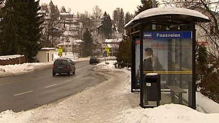 DRATT INN I BIL: Den forsvunnede 26 år gamle norskpakistanske   kvinnen var på vei til dette busstoppet da hun ble dratt inn i en bil   og bortført. (Foto: TV 2)