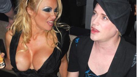 FESTGLAD: Pamela Anderson sparte ikke på noe på byen i helgen