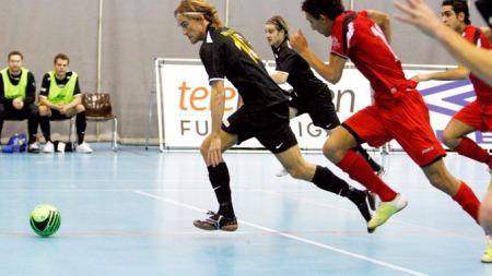 OSLO 20081129 Telekiosken Futsal liga fikk sin dåp i Ekeberghallen i Oslo lørdag hvor Nidaros (i mørke trøyer) møtte Holmlia (i røde trøyer). Bildet viser Nidars Morten Ravnlo (tv) som jages av Holmlias Mostafa Abdellaoue. Futsal er innendørs fotball, og ligaen er organisert av Norges Fotballforbund. Foto: Knut Falch / SCANPIX