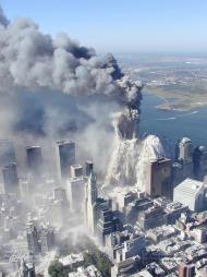 KOLLAPS: Her kollapser det andre tårnet i World Trade Center. Hele Manhattan blir mørklangt i en sky av støv og røyk. (Foto: Greg Semendinger, ©PH PH**NY** MM**NY** SE**NY**)