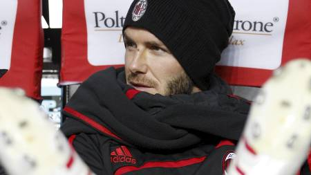 PÅ BENKEN: David Beckham kan måtte innfinne   seg med benkeplass mot Manchester United. (Foto: ANTONIO CALANNI/AP)