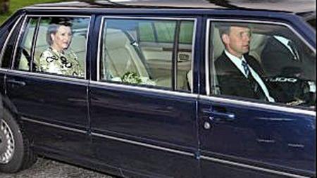 Dronning-Sonja-i-bil.