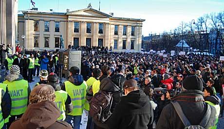 SAMLET 2500: Rundt 2500 var samlet til demonstrasjon på Universitetsplassen fredag ettermiddag. (Foto: Kjell Persen)