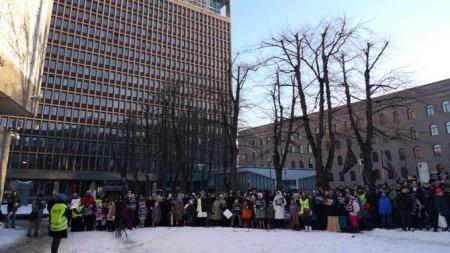 APPELL: Folk samlet seg foran regjeringskvartalet lørdag ettermiddag.  (Foto: Goran Jorganovic/TV 2)