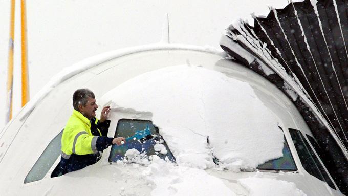 Et fly i Dresden måkes for smø 30. januar 2004. (Foto: AFP)