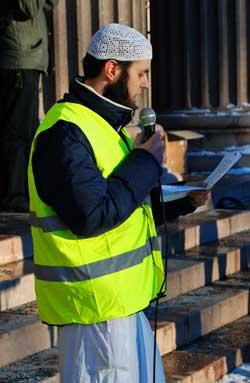 Youssef Assidiq var blant arrangørene, og holdt en appell til de fremmøtte. (Foto: Kjell Persen)