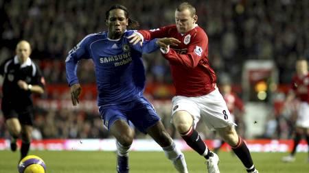 I DUELL: Drogba i duell med Rooney. Men hvem er best? (Foto: JON SUPER/AP)
