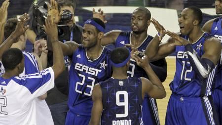 JUBLET: LeBron James (23) fra Cleveland Cavaliers, Dwyane Wade fra Miami Heat og Orlando Magics Dwight Howard (12) kunne juble etter at Øst slo Vest i allstarkampen. (Foto: Tim Sharp/AP)