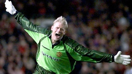 Manchester United's goalkeeper Peter Schmeichel wheels around in delight after teammate Ryan Giggs scored the equaliser against Juventus during their semi-final of the European Champions Cup at Manchester's Old Trafford stadium, Wednesday April 7, 1999.  (Foto: (AP Photo/Dave Caulkin))