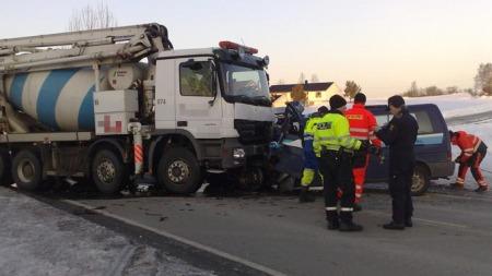 TØRT FØRE: Ulykken skjedde på en rett strekning med tørr veibane.  (Foto: Tor Aage Hansen / TV 2)