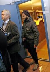 Mohyeldeen Mohammad på vei ut etter avhør på Larvik politistasjon onsdag kveld. Politiet i Larvik pågrep tidligere på dagen 24-åringen for å ha framsatt trusler mot Dagbladet.