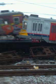 TWITTER: En av brukerne på mikrobloggingstjenesten Twitter, har lagt ut flere bilder til fri bruk hvor en kan tydelig se skadene på begge togene. (Foto: TWITPIC/CDRIK)