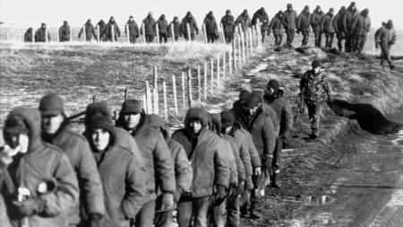 TAPTE KRIGEN: Argentiske krigsfanger blir geleidet av britiske soldater etter overgivelsen 2. juni 1982. (Foto: -/AFP)
