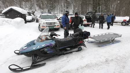 AVSLUTTET SØK: Med snøscootere undersøkte politiet hytter i området mellom Dikemark og Heggedal. (Foto: Holm, Morten/SCANPIX)