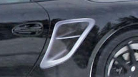 Dette er et falsk luftinntak. Porsche har satt på et klistremerke for å få fotografene til å tro at det dreier seg om en Porsche 911 turbo. (Foto: Scoopy)