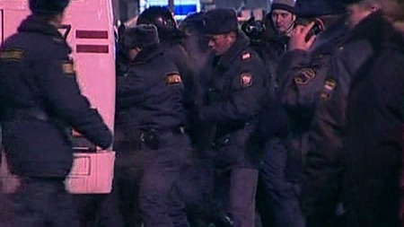 INGEN KJÆRE MOR: Russisk politi slår hardt ned på demonstranter.