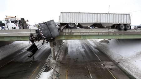 SKADET: Føreren av personbilen ble alvorlig skadet i ulykken. (Foto: Chris Bergin/AP)