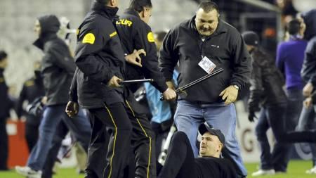 En Anderlecht-supporter har blitt lagt i bakken. (Foto: RAFA RIVAS/AFP)