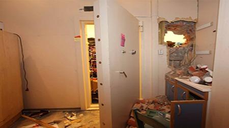 HULL VED JERNDØRA: Tyvene hadde laget et hull ved siden av jerndøra for å ta seg inn i kjelleren. (Foto: Politiet)