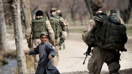 PÅ OPPDRAG: Nederlandske soldater patruljerer en landsby i Chora-dalen sør i Afghanistan i januar. (Foto: DESHAKALYAN CHOWDHURY/AFP)