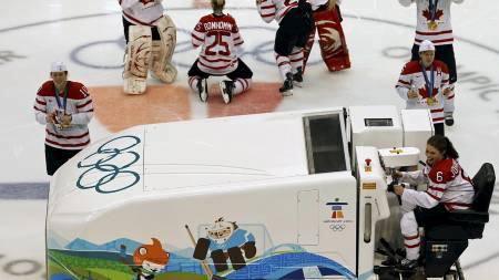Canada's Rebecca Johnston rides on an ice surfacing machine as teammates celebrate their gold medal victory against the U.S. in their women's ice hockey game at the Vancouver 2010 Winter (Foto: CHRIS HELGREN/REUTERS)