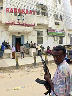 En bevæpnet vakt utenfor Barakaats hovedkvarter i Mogadishu   9. november 2001, etter at selskapet var havnet på terrorlisten. (Foto:   Sayyid Azim)