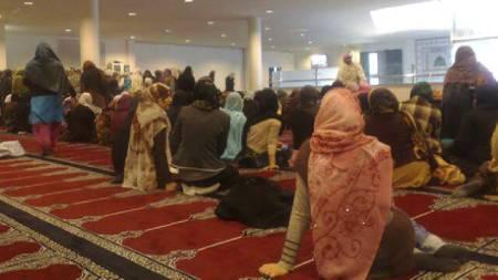 KVINNENE SAMLET: Kvinnene er samlet i forbindelse med minnemarkeringen i moskéen over Faiza Ashraf. (Foto: Anne Fredrikstad/TV 2)