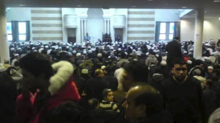 FLERE TUSEN: Flere tusen mennesker er samlet på minnestuden etter Faiza Ashraf. (Foto: Torstein Wold/TV 2)
