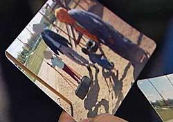 Ett av barna til den fengslede 50-åringen viser fram gamle familiebilder   tatt i Oslo.