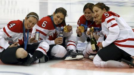 Canada's hockey players pose with their gold medals during celebrations after their women's ice hockey gold medal game against the U.S. at the Vancouver (Foto: SCOTT AUDETTE/REUTERS)